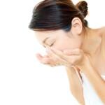 洗顔をしている女性の横顔