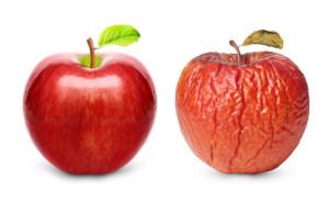 新鮮なリンゴとしぼんだリンゴ