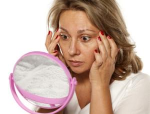 目元の老化を気にする女性