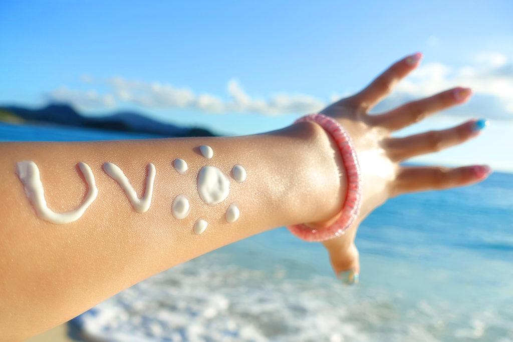 日焼け止めを塗った女性の腕